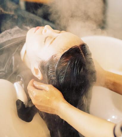 毛髪内に潤いを与え、自然と収まりのいい髪質へ