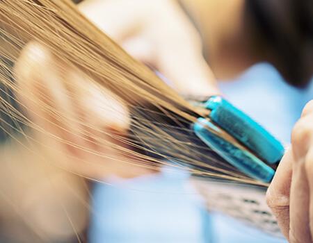 髪を痛めることなくパサつきやうねりを解消